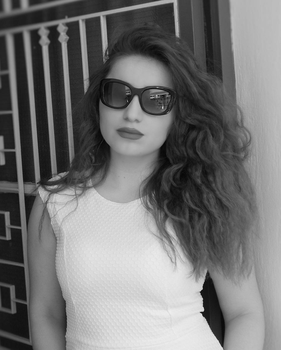 Lorena_Stroka_foto_biografia_poertret_bardhe_zi_2016