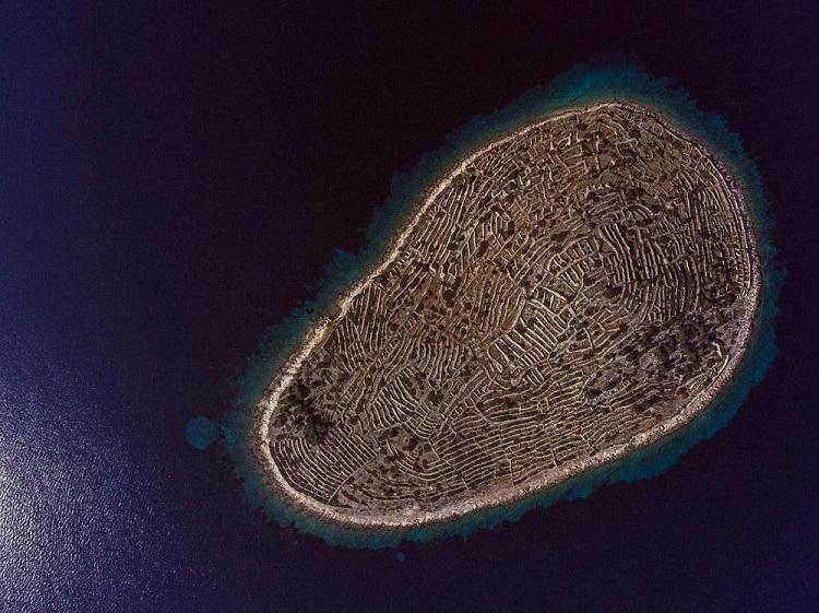 albstroka_blog_ishulli_ne_forme_gjurme_gishti_shkrime_nga_lorena-stroka_1