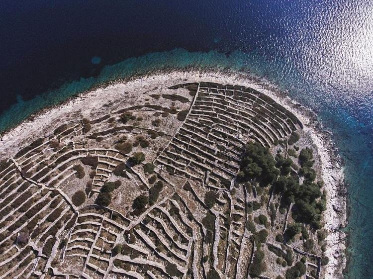 albstroka_blog_ishulli_ne_forme_gjurme_gishti_shkrime_nga_lorena-stroka_2