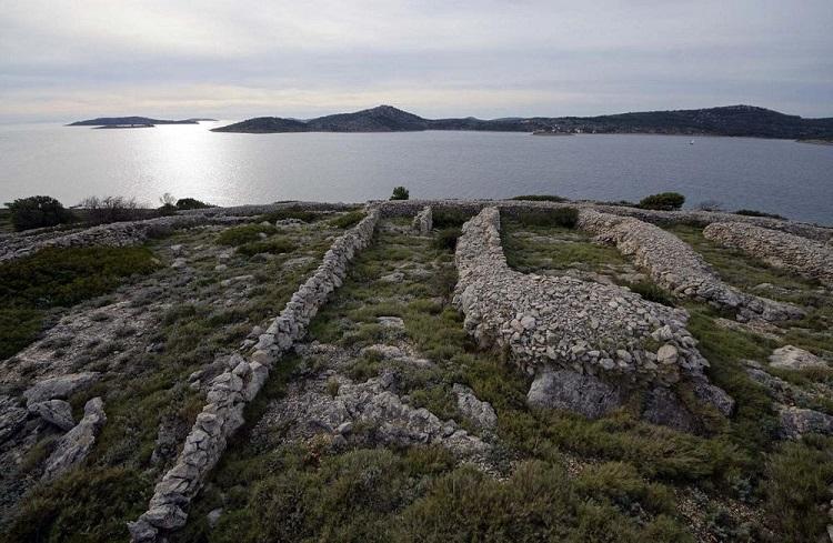 albstroka_blog_ishulli_ne_forme_gjurme_gishti_shkrime_nga_lorena-stroka_3